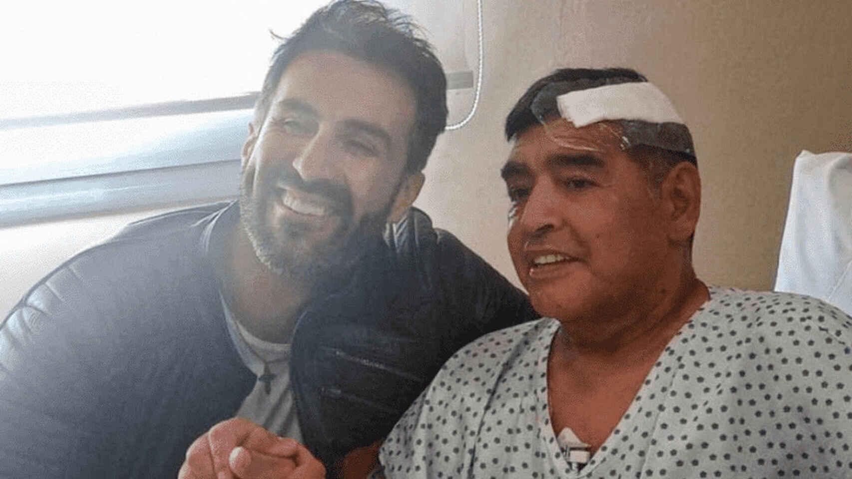 Leopoldo Luque junto a Maradona en el hospital