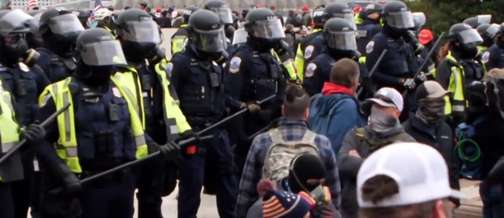 La policía del Capitolio durante el asalto al Congreso de Estados Unidos