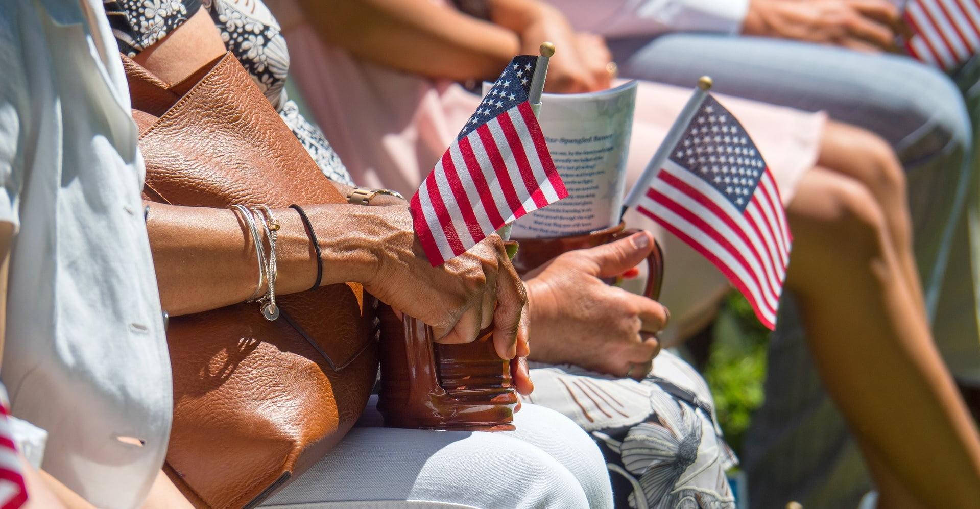 Bandera de Estados Unidos en una concentración en Virginia