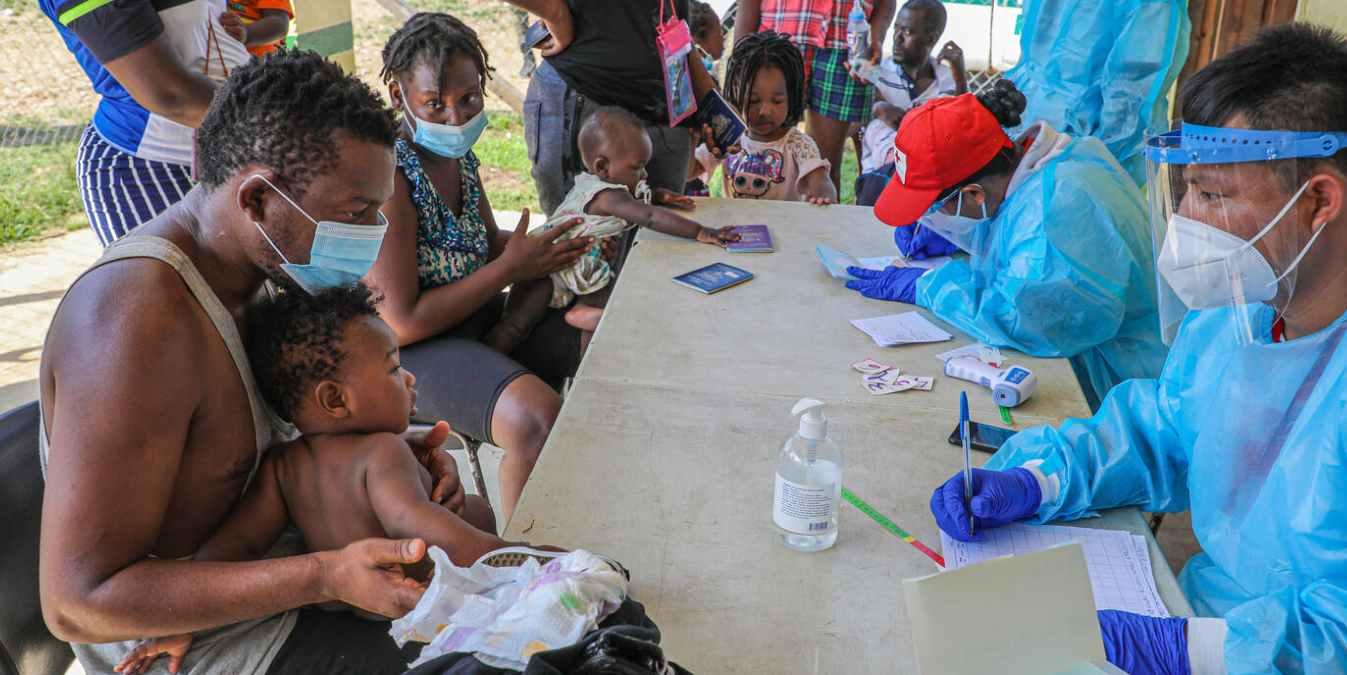 Familias registrándose tras cruzar la ruta migratoria de la selva de Darién