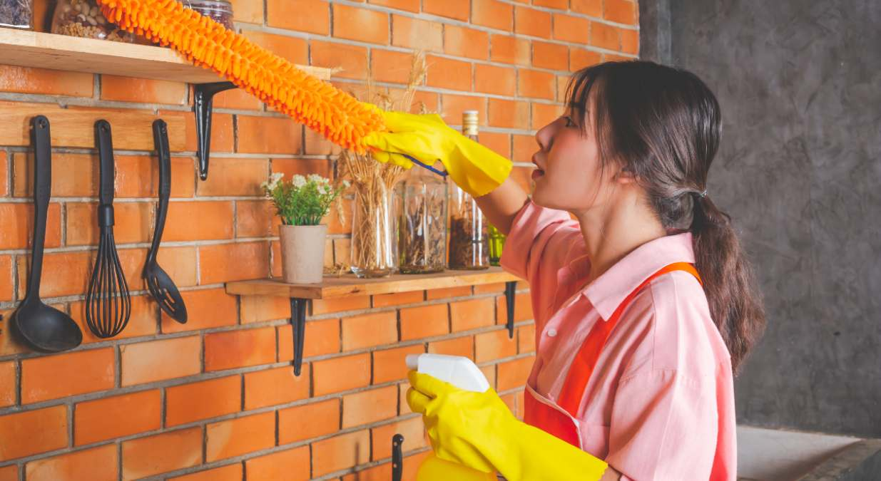 Mujer asiática realizando tareas domésticas