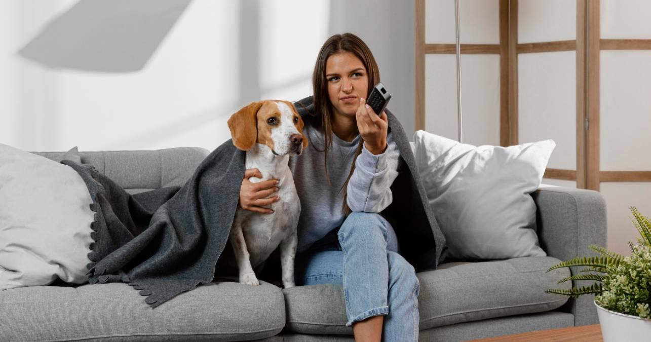 Mujer ve la televisión junto a su perro el 1 de junio
