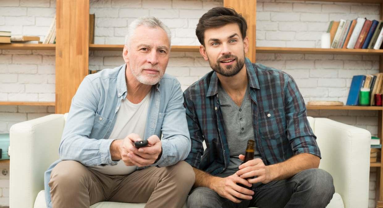 Padre e hijo viendo la televisión el 13 de mayo
