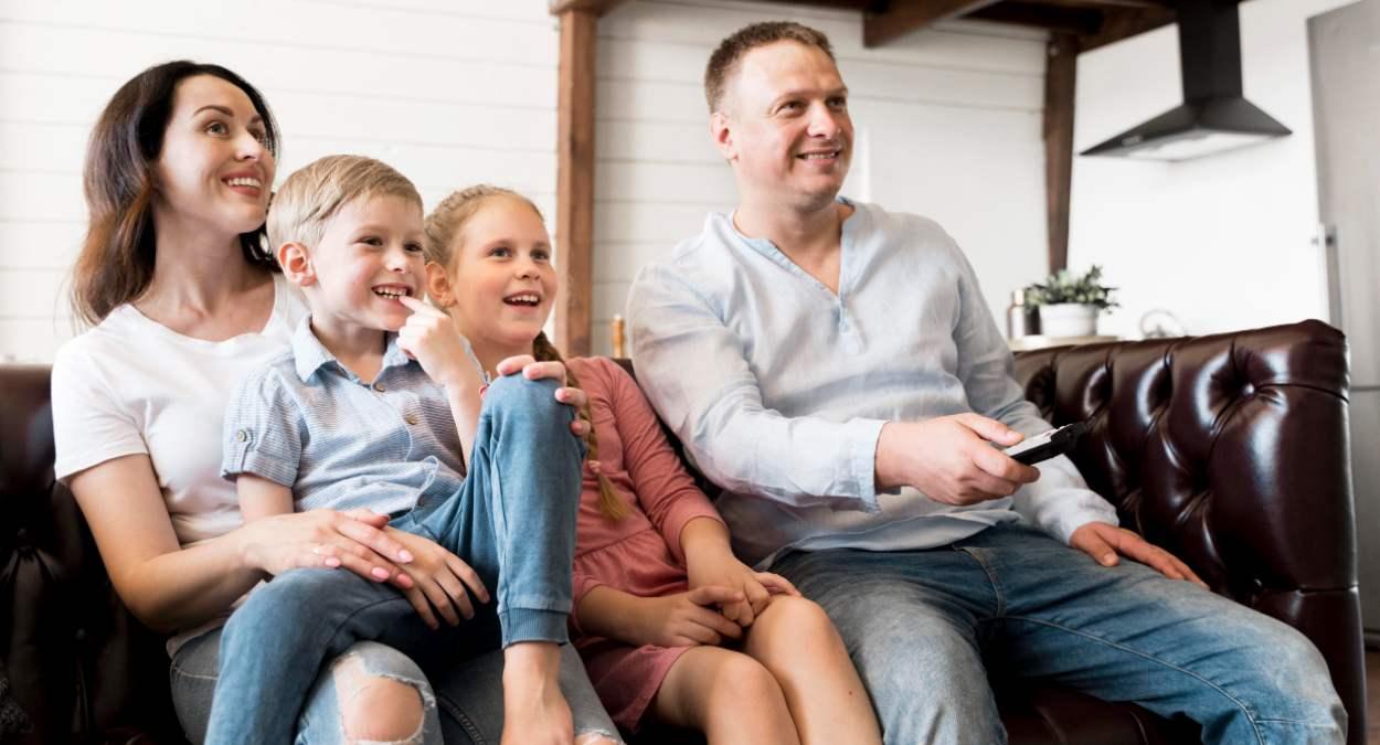 Familia ve la televisión el 14 de mayo