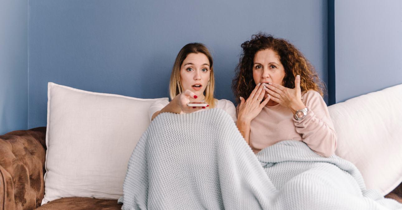 Dos mujeres ven la televisión el 19 de mayo