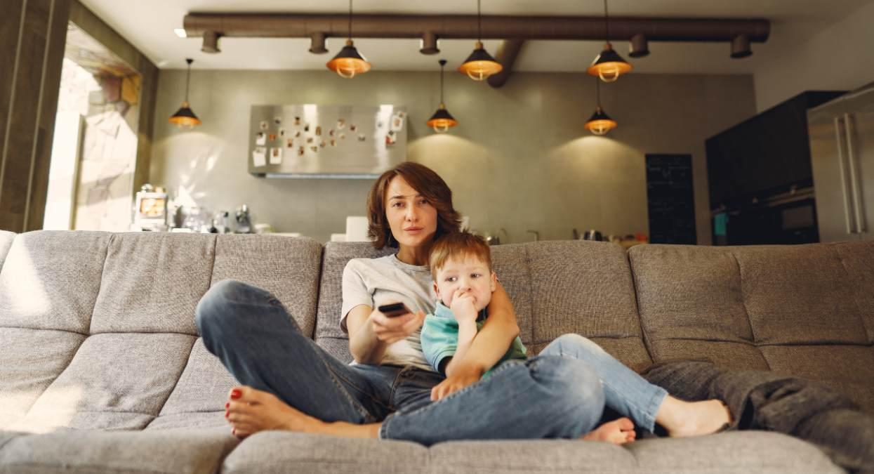 Madre e hijo ven la televisión el 20 de mayo