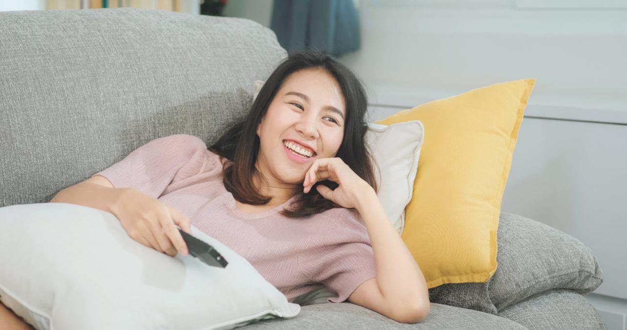 Mujer joven ve la televisión la noche del 24 de mayo