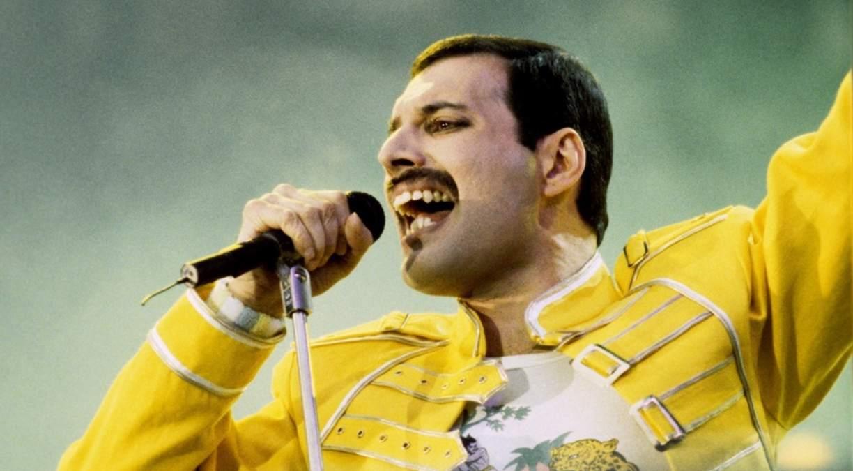 Freddie Mercury cantando en un concierto