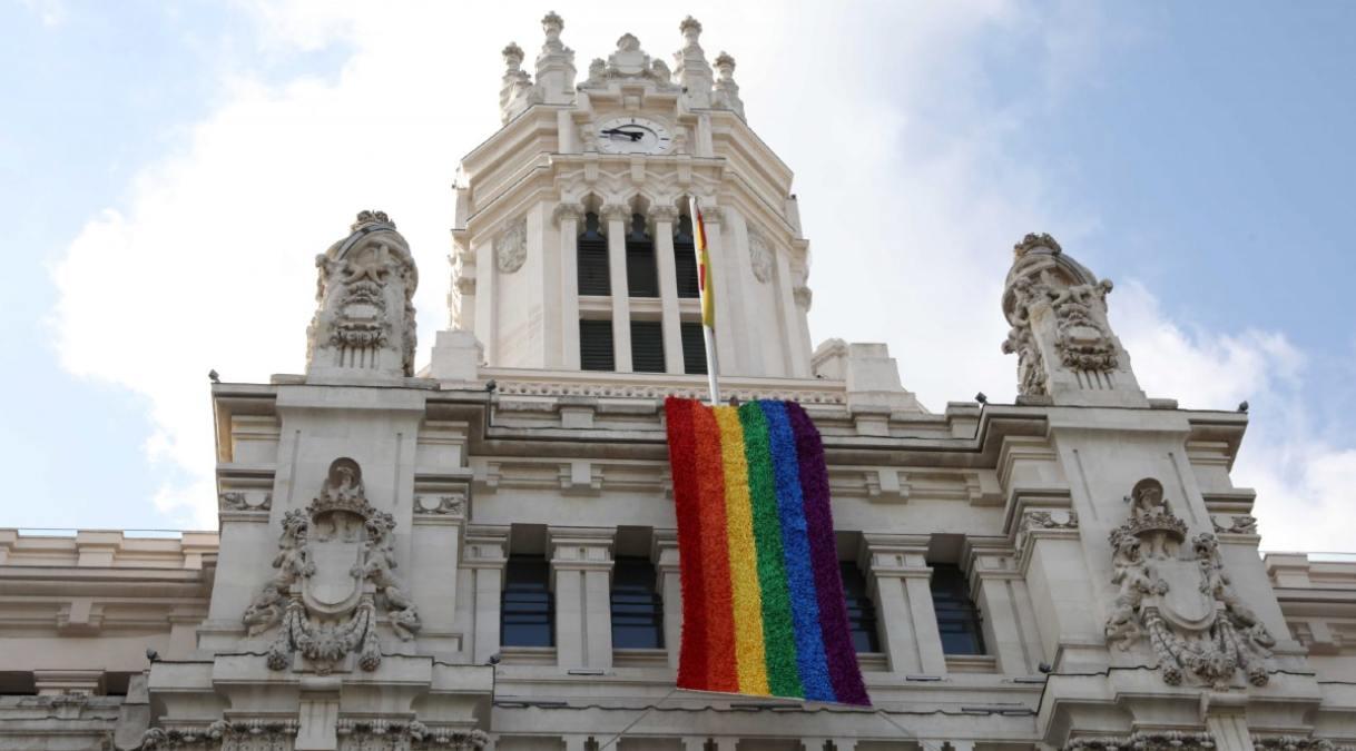 Ayuntamiento de Madrid con la bandera del colectivo por el Día Mundial contra la LGTBIFobia