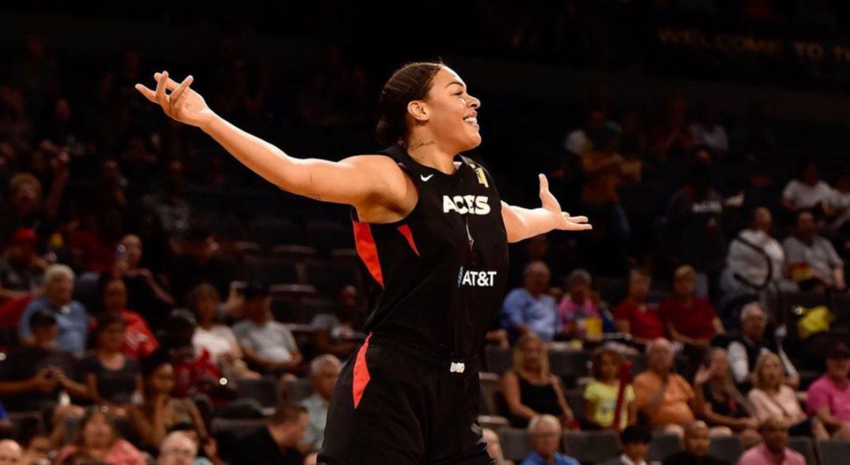 Liz Cambage en un partido de baloncesto
