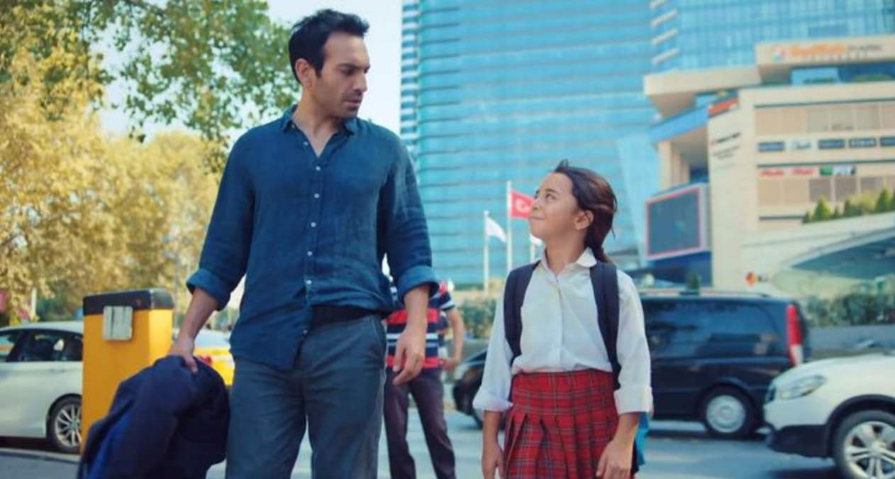Beren Gökyikildiz y Bugra Gülsoy en la serie Mi hija