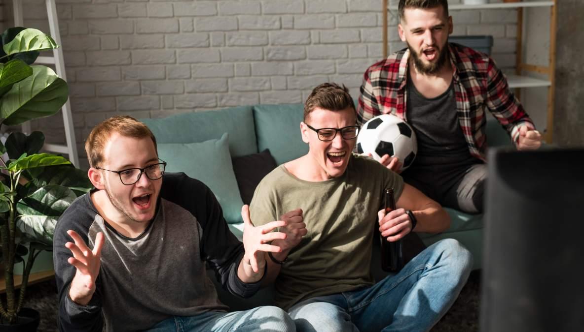 Grupo de amigos ve la televisión el 11 de junio