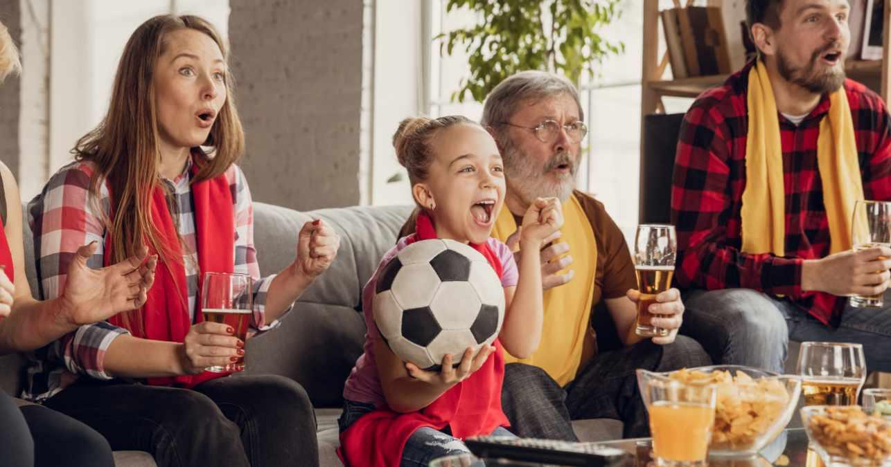 Familia viendo la televisión el 14 de junio