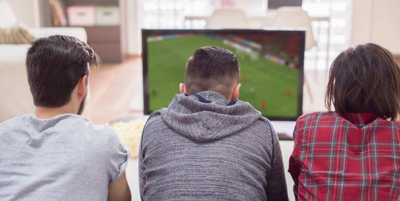 Amigos ven la televisión el 17 de junio