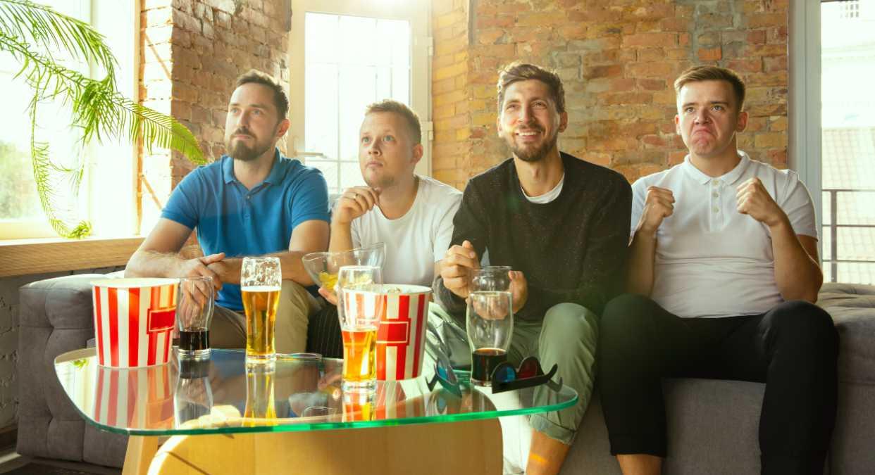 Grupo de amigos viendo la televisión el 6 de junio