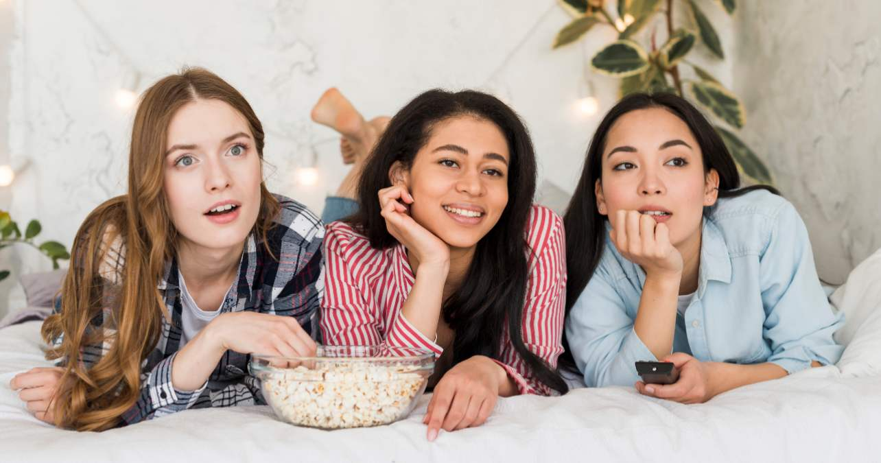 Tres mujeres jóvenes ven la televisión el 1 de agosto
