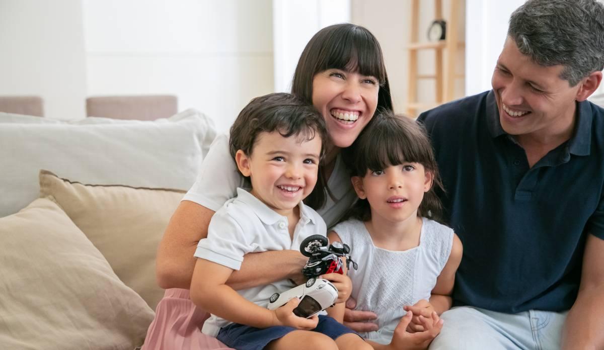 Familia ve la televisión el 10 de julio