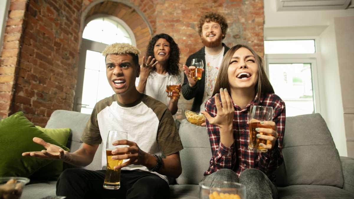 Grupo de amigos ve la televisión el 11 de julio