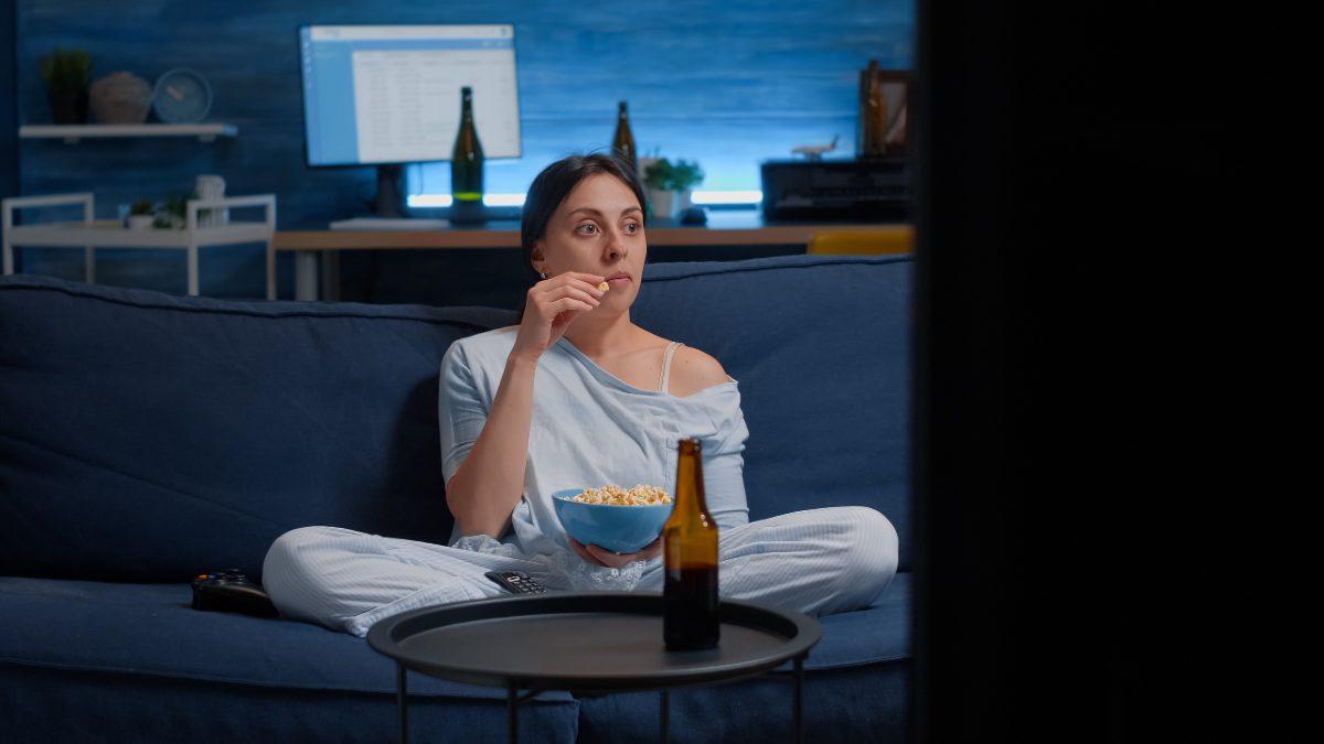 Mujer ve la televisión el 20 de julio