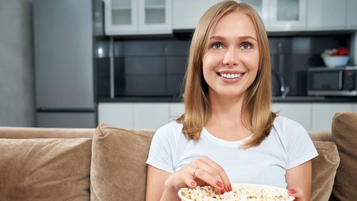 Mujer ve la televisión el 23 de julio