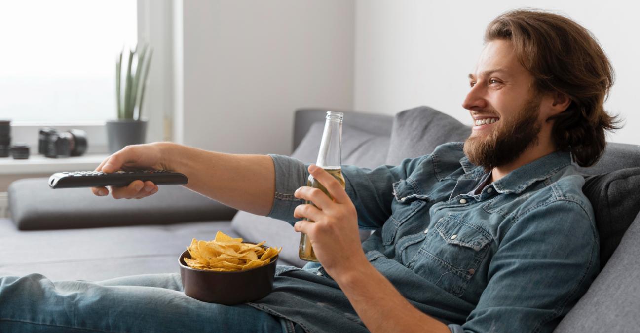 Hombre ve la televisión el 24 de julio