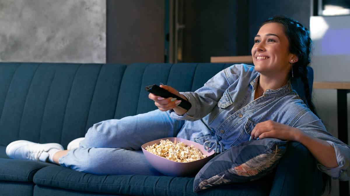 Mujer ve la televisión el 26 de julio