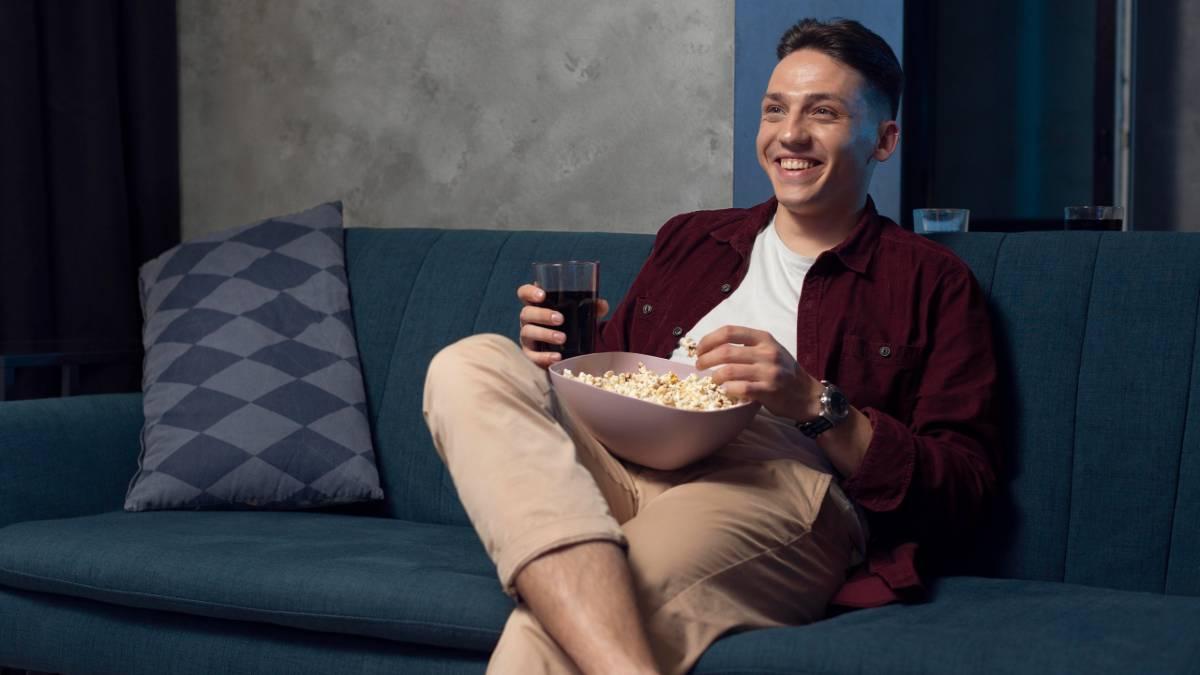 Hombre ve la televisión la noche del 29 de julio
