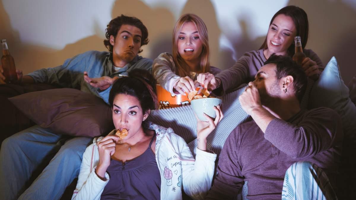 Grupo de amigos ve la televisión el 30 de julio