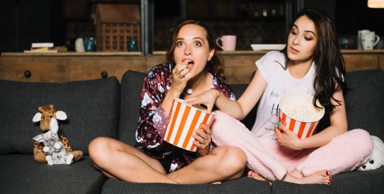 Dos mujeres ven la televisión el 31 de julio