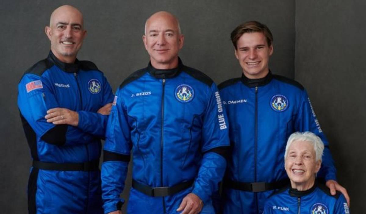 Jeff Bezos y el resto de la tripulación