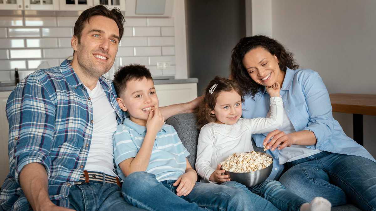 Familia ve la televisión el 4 de agosto