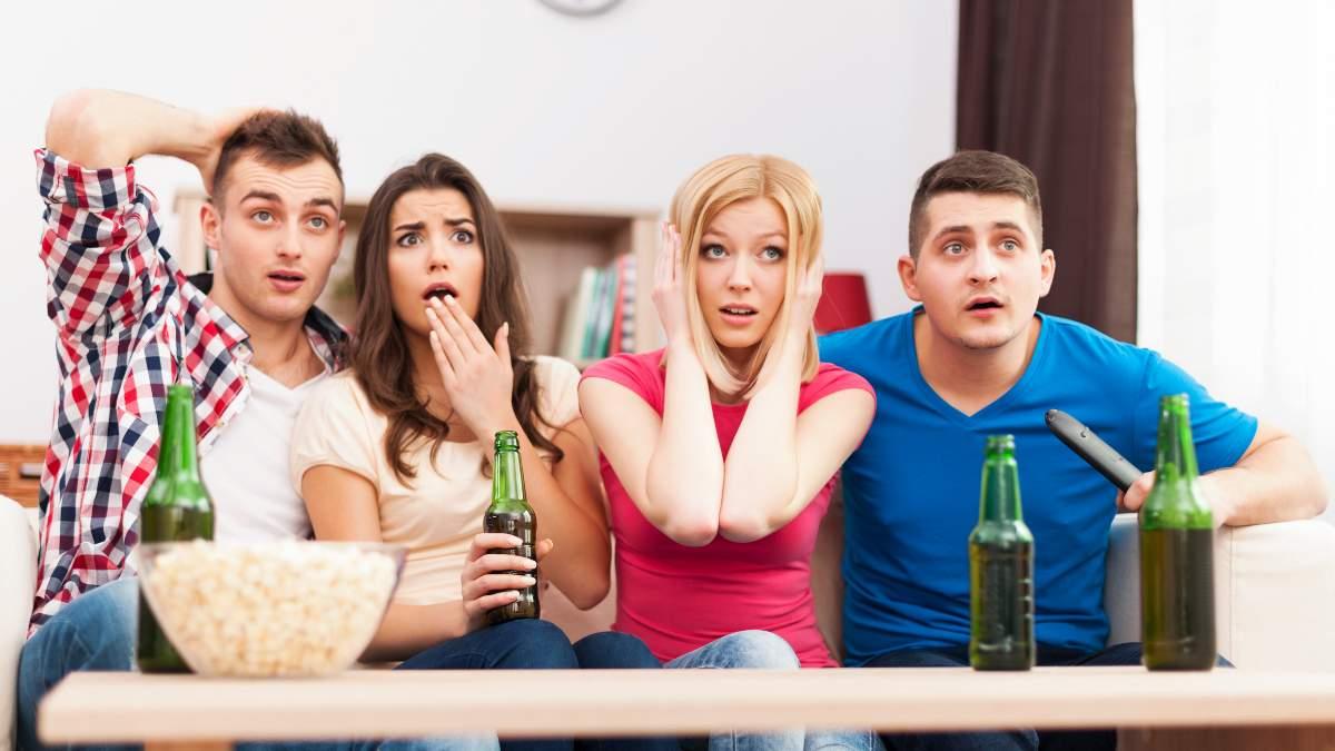Grupo de amigos ve la tele la noche del 11 de septiembre