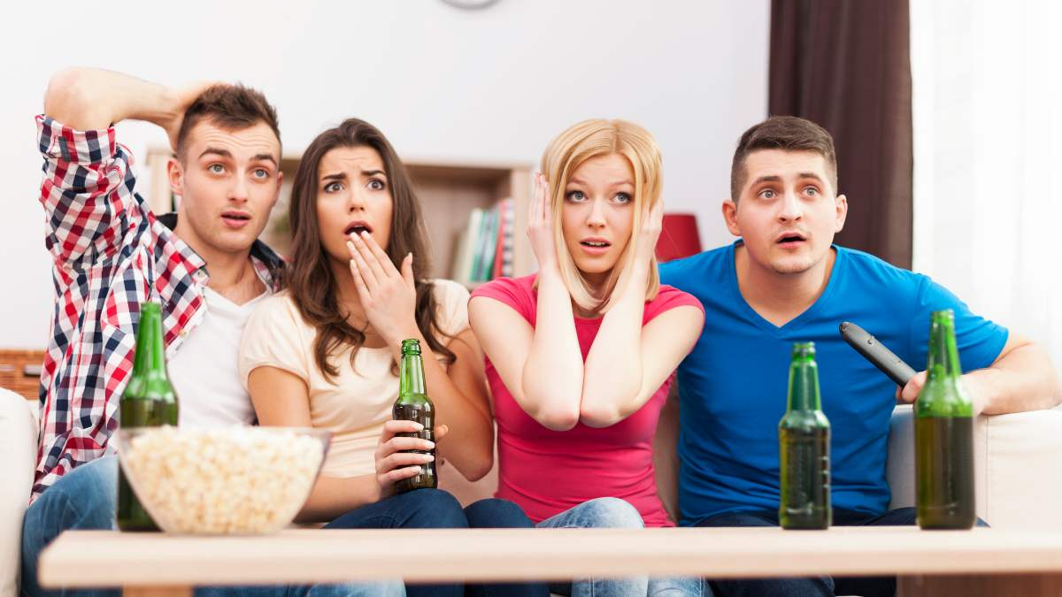 Grupo de amigos ve la tele el 24 de septiembre