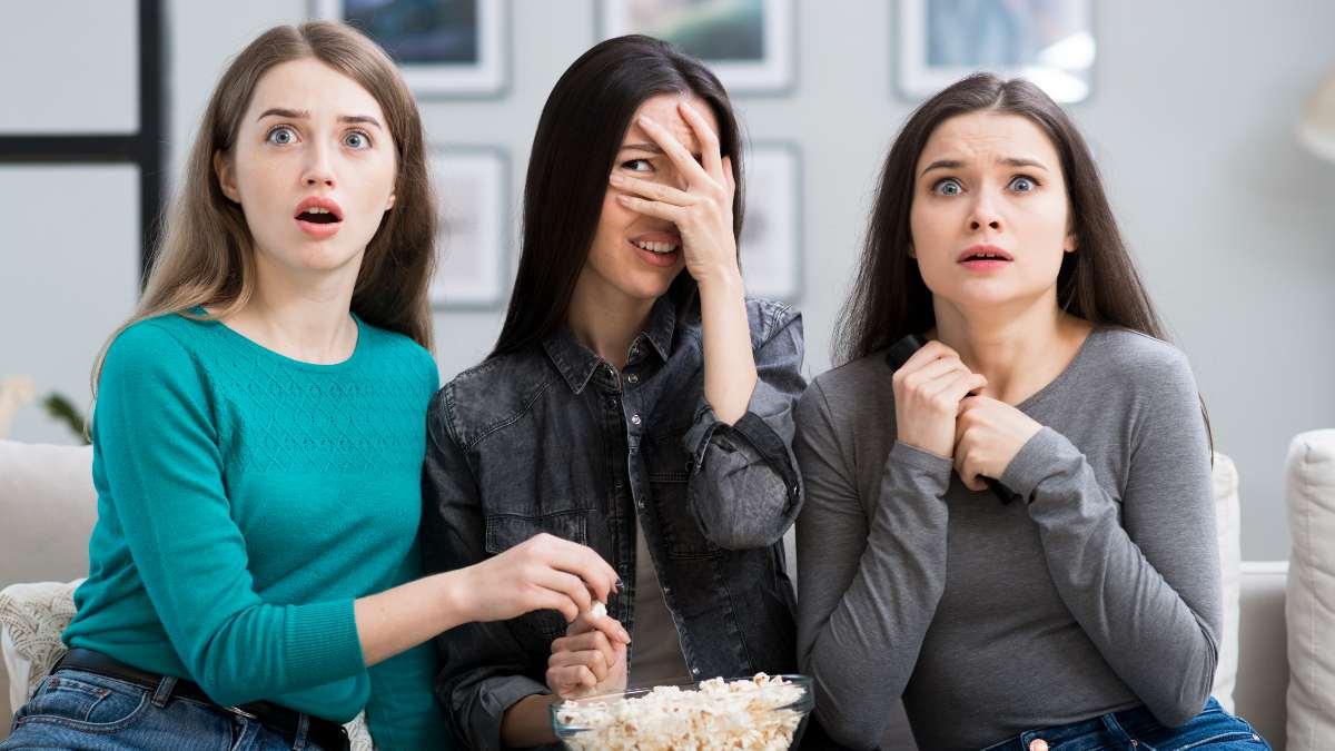 Amigas ven la tele el 25 de septiembre